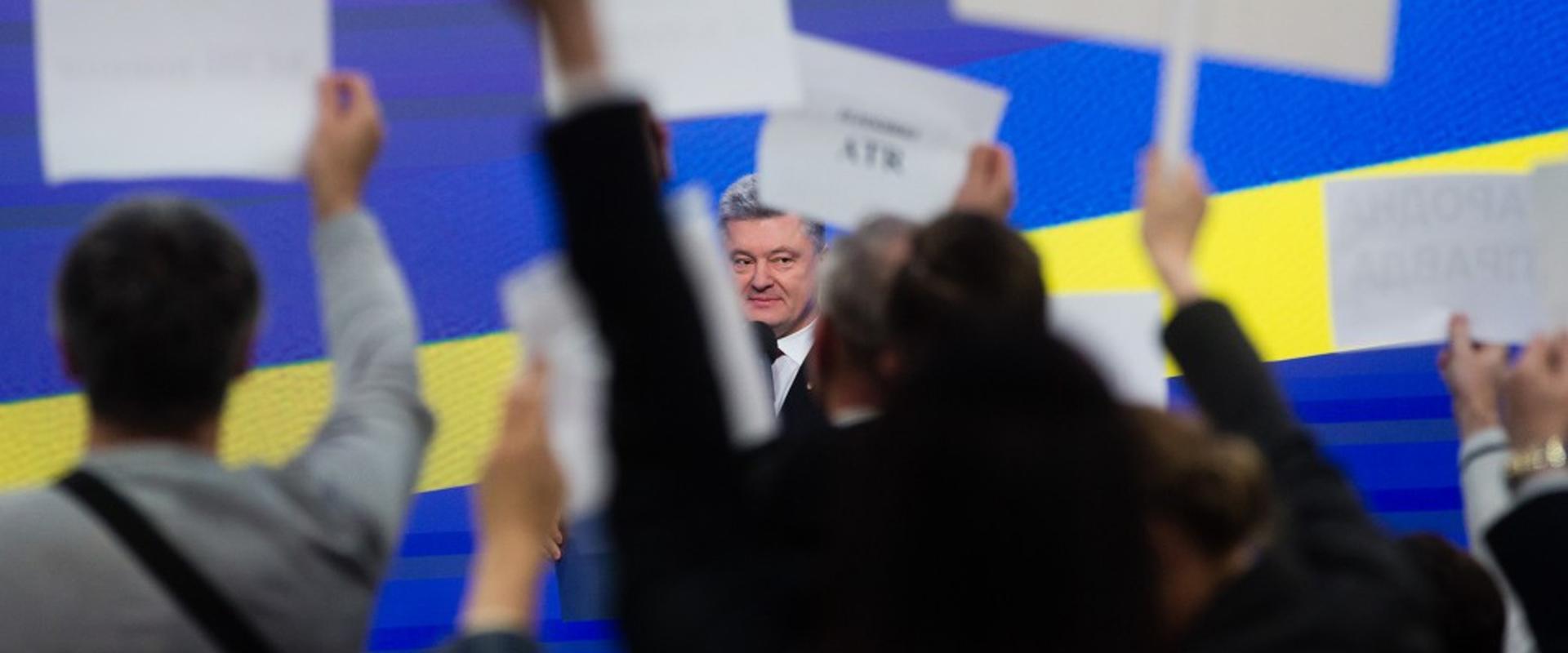 Чотири роки з президентом Порошенком: перемоги, виклики та зради в українських ЗМІ