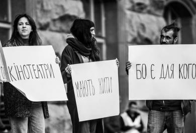 «Кінотеатри мають жити»: у Києві протестували проти закриття «Кінопанорами» та «України»